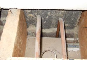 Here the void between the wall and the lining is wide enough to allow uninsulated pipes to fit in it.